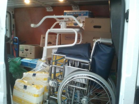 Auto voller Altkleider und medizinischem Bedarf (u.a. Rollstuhl, Badewannensitz etc.) für das Pflegeheim Tabea